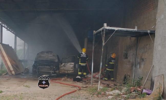 Incêndio consome veículo em oficina mecânica e adolescente fica ferido