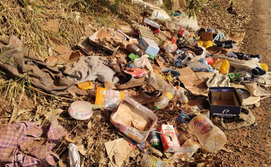 Lixo é descartado de forma irregular no interior de Xanxerê
