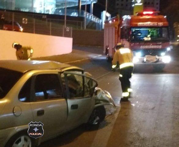 Mulher fica ferida após bater carro em poste