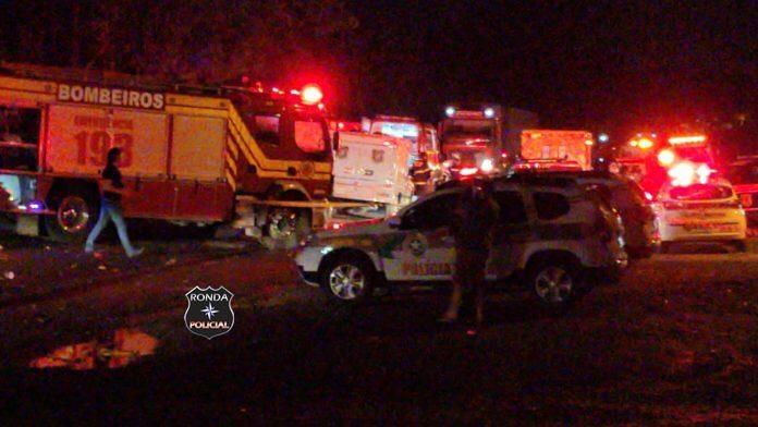 Três pessoas morrem e 17 ficam feridas em grave acidente entre carro e van
