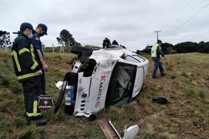 Motorista é encontrado morto ao lado de veículo capotado