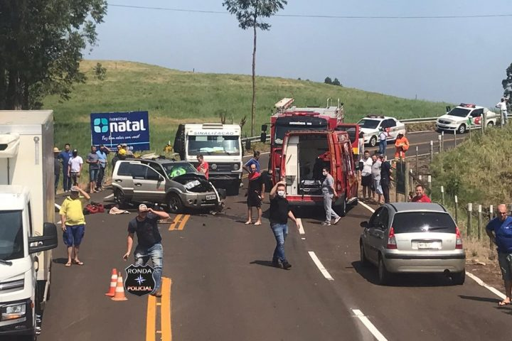 Idoso fica preso às ferragens em acidente envolvendo camionete e caminhão