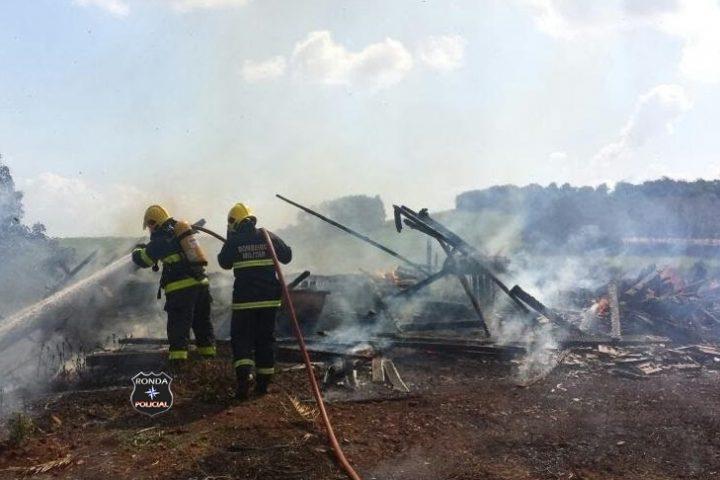 Bombeiros combatem incêndio em madeireira no Oeste