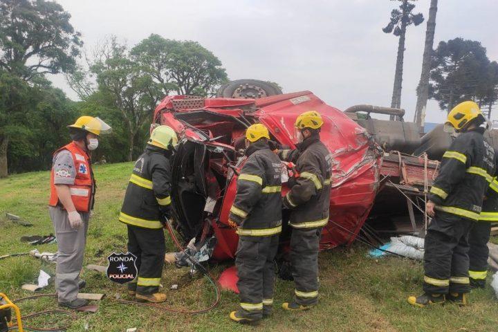 Jovem morre em grave acidente entre dois caminhões