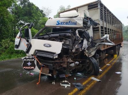 Grave acidente na BR-282 deixa caminhoneiro ferido