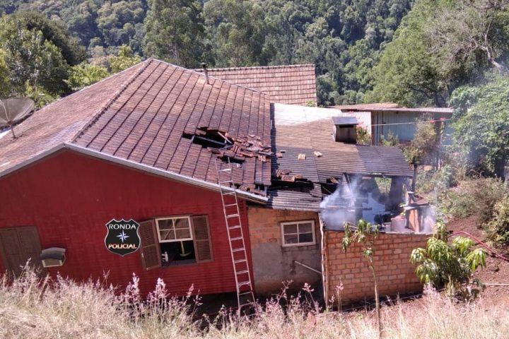 Corpo de Bombeiros combatem incêndio em residência