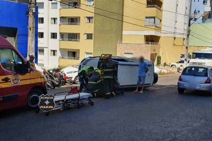 Mulher fica ferida ao capotar veículo