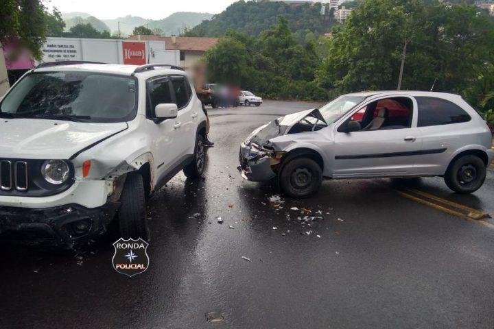 Mulher fica presa às ferragens em acidente