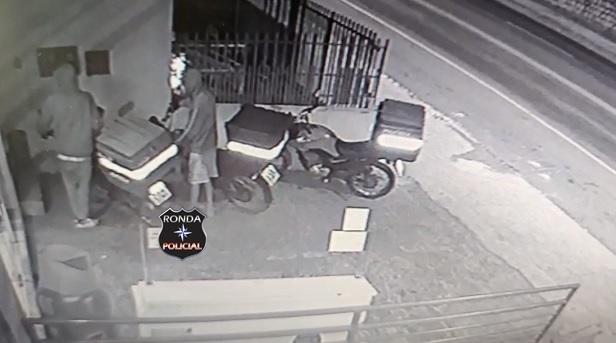 Ladrões furtam motocicleta em pátio de empresa