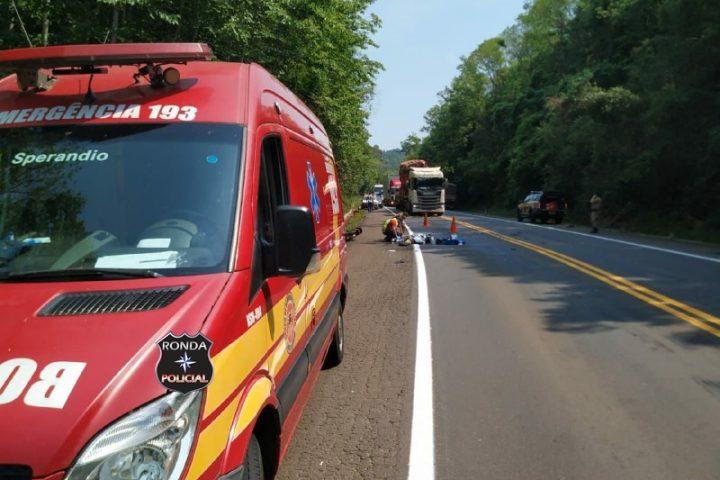 Jovem morre em acidente entre carreta e motocicleta