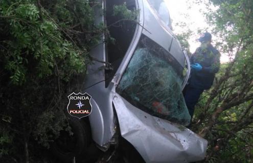 Homem morre ao despencar veículo em ribanceira