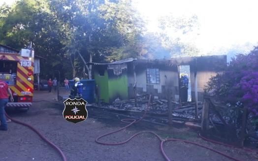 Residência fica completamente destruída por incêndio