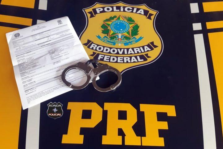 Homem chamado para dirigir carro de condutor embriagado é preso com mandado de prisão na BR-282