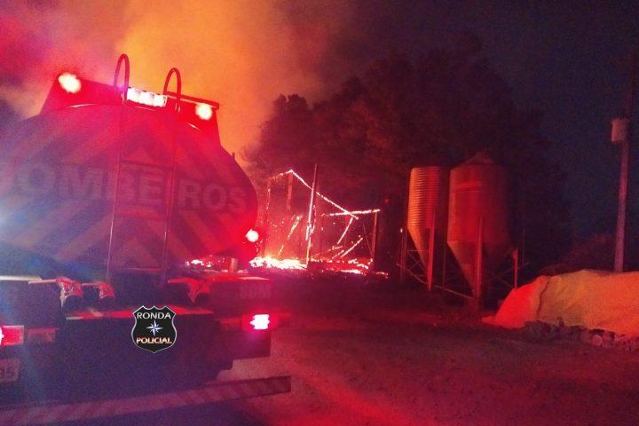 Corpo de Bombeiros combatem incêndio em propriedade rural