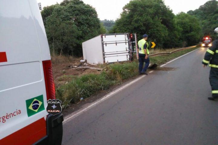 Motorista fica ferido ao sair da pista e capotar caminhão na BR-282
