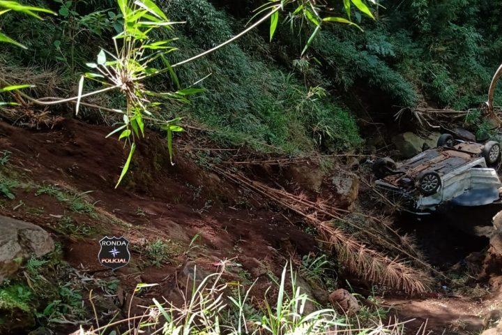 Pai e filho ficam feridos após veículo despencar e capotar em ribanceira no interior de Passos Maia