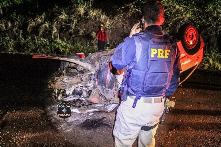 Quatro pessoas ficam feridas em capotamento de veículo durante a madrugada na BR-282