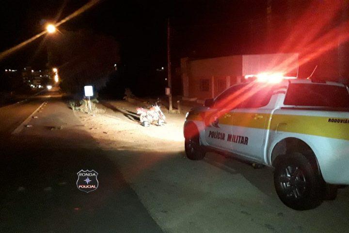 Três pessoas ficam feridas em queda de moto na SC-480