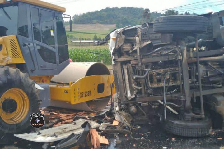 Colisão envolvendo dois caminhões e rolo compactador deixa uma pessoa ferida