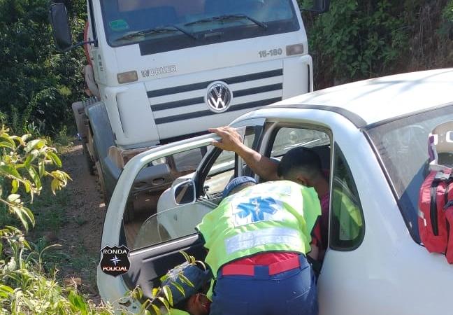 Motorista fica ferido após colidir carro em caminhão em comunidade rural
