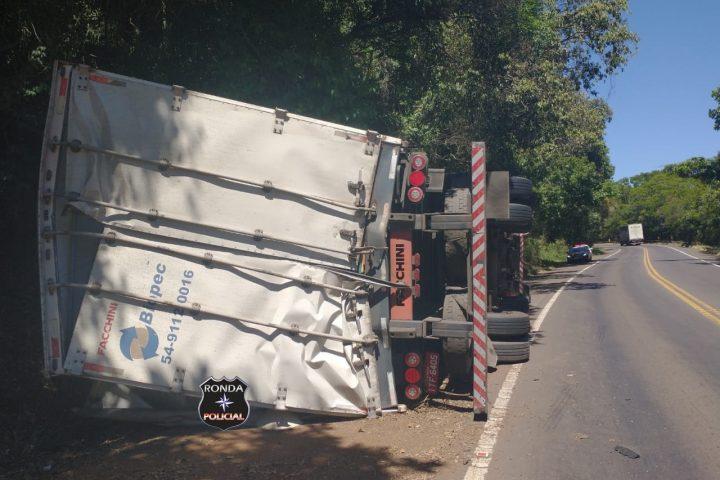 Caminhoneiro fica ferido em tombamento de carreta na BR-153