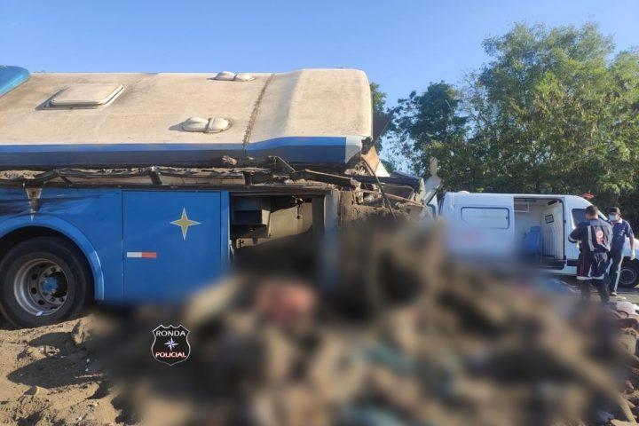 Grave acidente entre ônibus e carreta provoca 22 mortes
