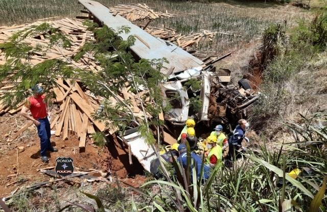 Acidente envolvendo caminhão deixa duas pessoas gravemente feridas