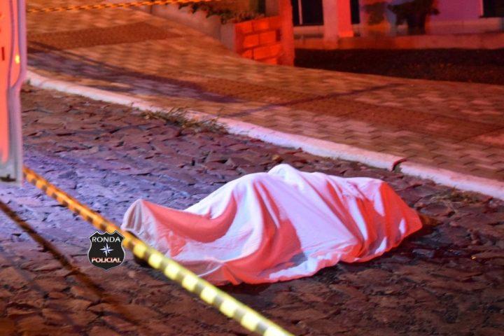 Mulher é assassinada a golpes de faca em via pública