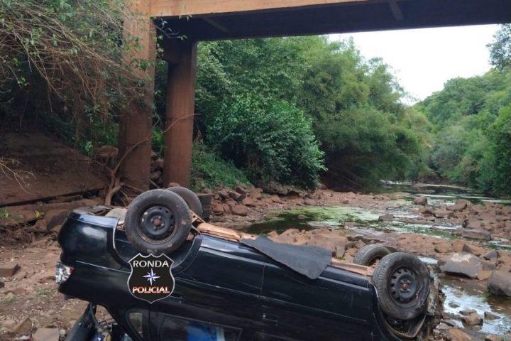 Veículo cai de ponte no Oeste