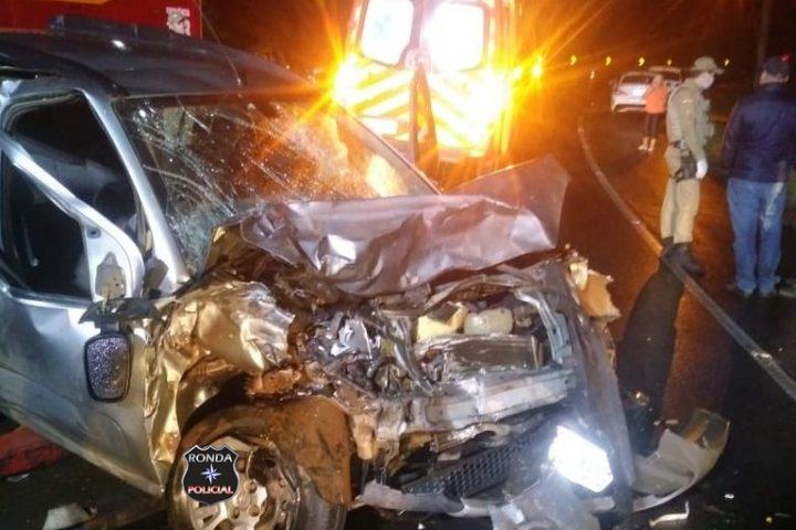 Três pessoas ficam feridas em grave acidente durante a madrugada