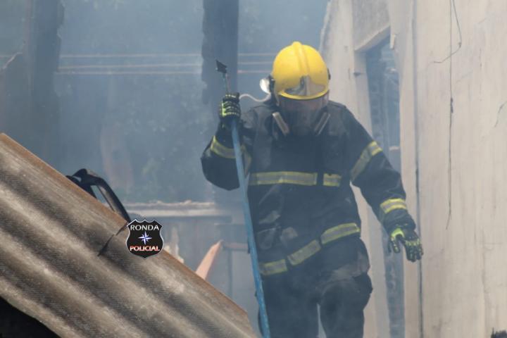 Residência e veículo são destruídos por incêndio