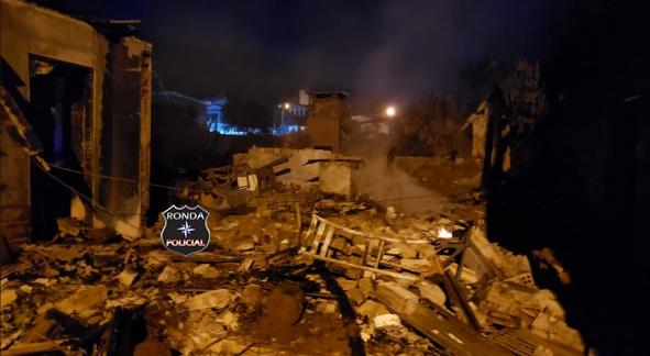 Incêndio atinge quatro casas e mata animais de estimação