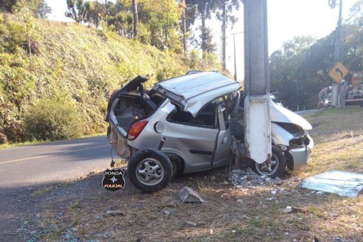 Jovem fica gravemente ferido ao colidir veículo em poste