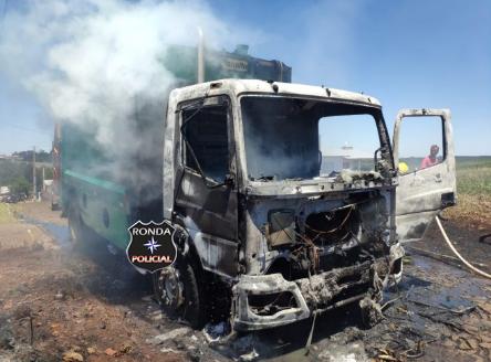 Caminhão de coleta de lixo é destruído por incêndio