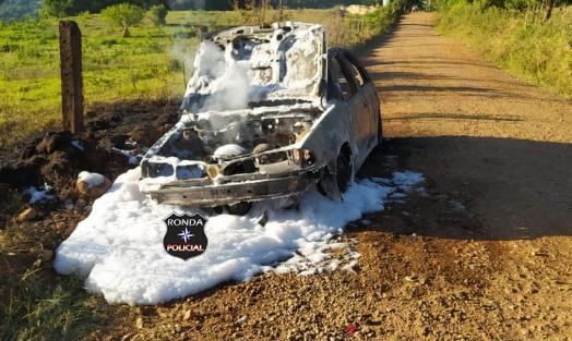 Veículo fica destruído por incêndio em interior