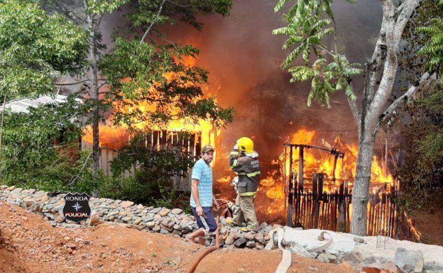 Corpo de Bombeiros atendem a ocorrência de incêndio envolvendo duas residências