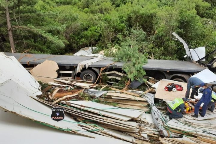 Mulher morre e homem fica ferido após carreta despencar em ribanceira a margem de rodovia no Oeste