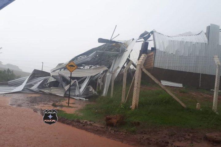 Fotos e vídeo: Temporal destrói completamente estrutura da nova garagem da Prefeitura de Ouro Verde