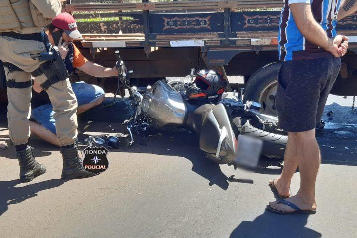 Uma pessoa fica ferida em grave acidente envolvendo moto e caminhão na SC-283
