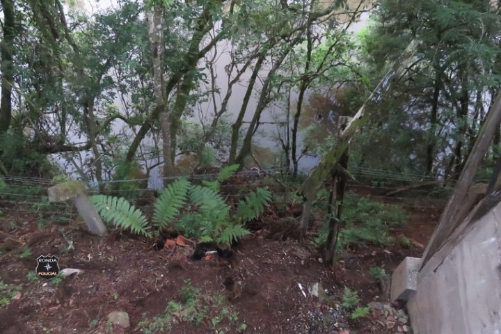 Cadáver é encontrado a margem de rio no Oeste