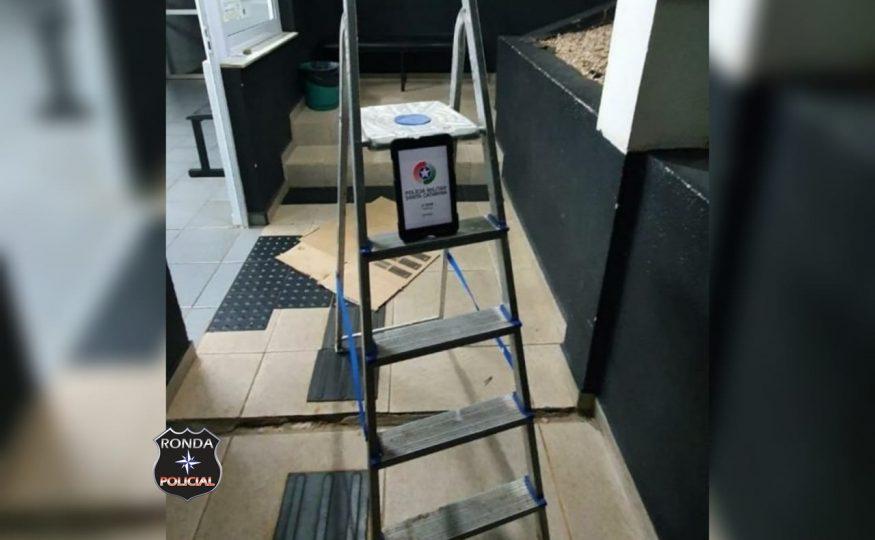 Homem abandona escada ao avistar PM em rondas no centro de Xanxerê