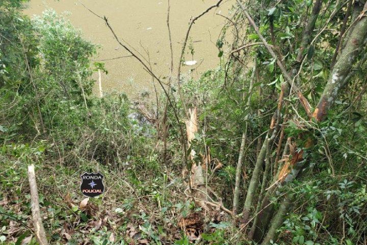 Bombeiros realizam buscas aquáticas para identificar possível queda de caminhão em rio no Oeste