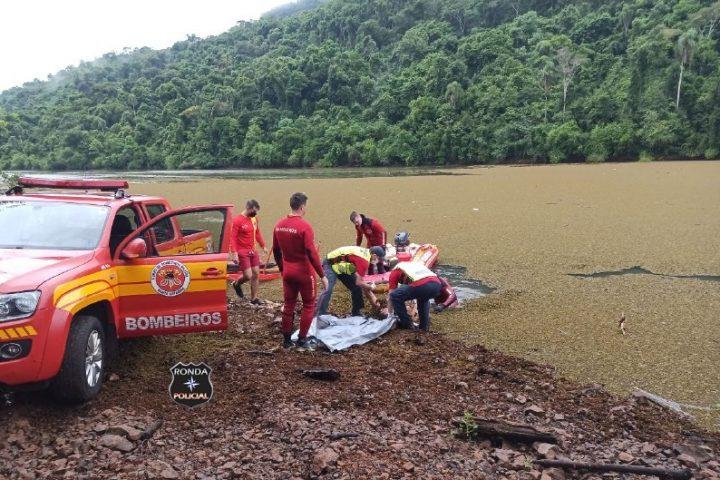 Após mais de cinco horas de buscas aquáticas, bombeiros localizam carreta e corpo de caminhoneiro que caiu em rio no Oeste