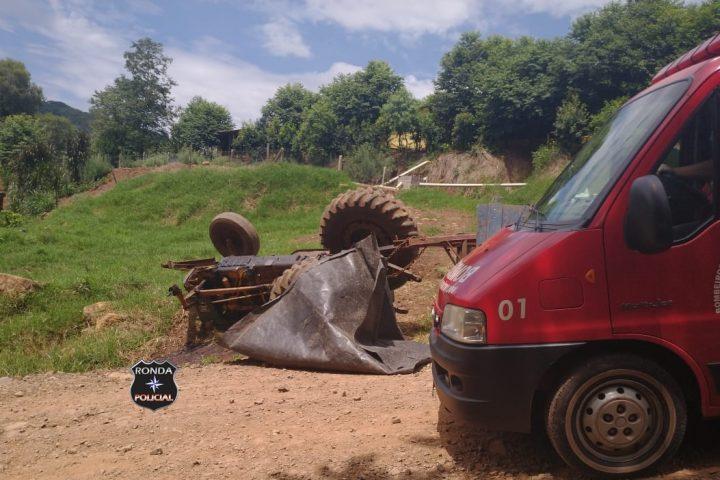Mulher fica ferida ao tombar trator em propriedade rural