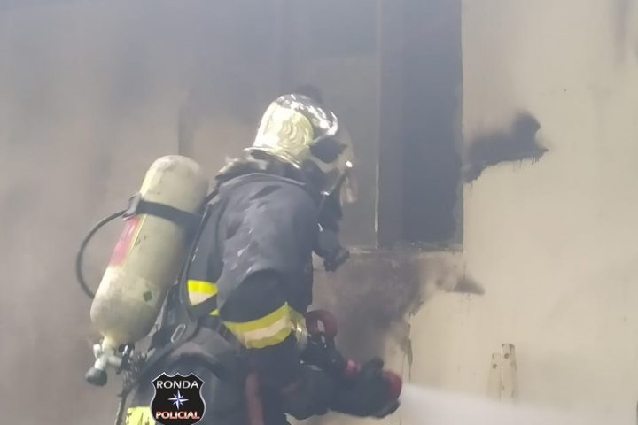 Bombeiros apagam incêndio em unidade do SESI