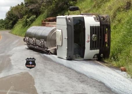 Caminhão do Oeste tomba em rodovia paranaense