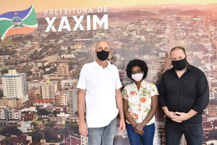 Governo municipal contrata Haitiana para auxiliar no cadastro de imigrantes em Xaxim