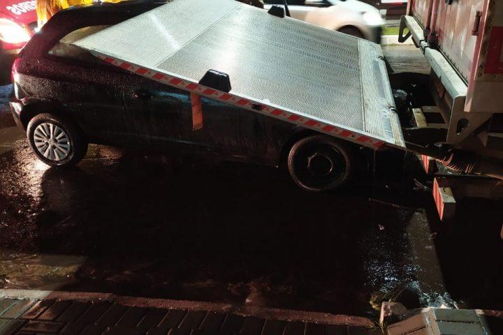 Motorista colide na traseira de caminhão estacionado